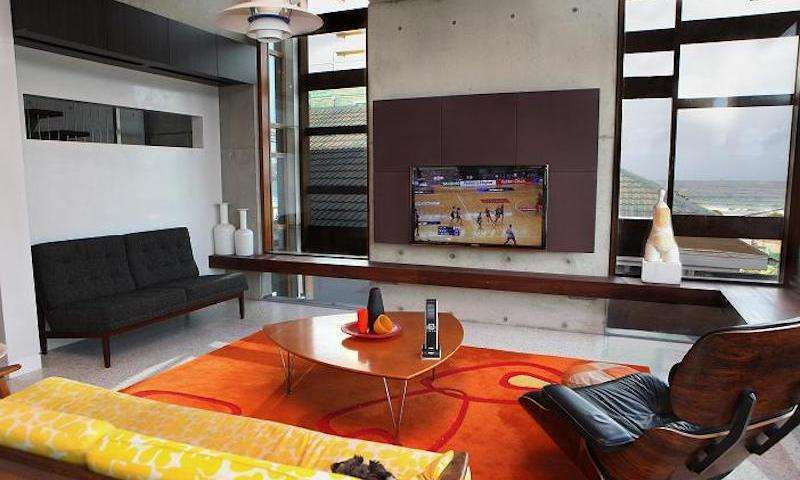 46-inch-tv-on-6-panel-soundwall-2010-1